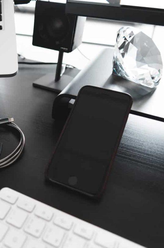 smartphone_auf_schreibtisch